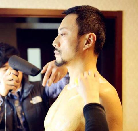 Tài tử Trương Hàm Dư bị 'ném đá' vì đắp cơ bắp bằng nhựa