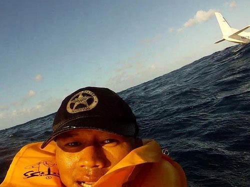 Puentes vẫn kịp chụp ảnh post lên facebook sau khi chiếc máy bay rơi xuống Thái Bình Dương.